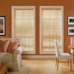Деревянные шторы в оконных проемах гостиной