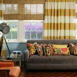 Полосатые занавески в интерьере гостиной