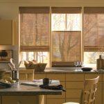 Три бамбуковые шторы на окне кухни частного дома