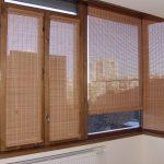 Деревянные шторы на застекленном балконе