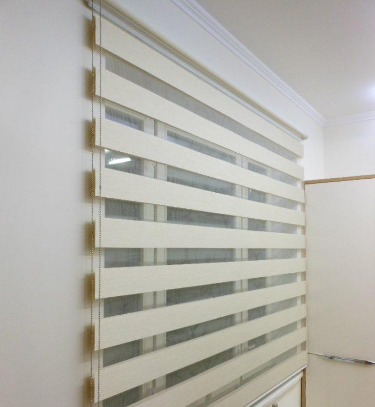 Окно в офисе с полосатыми шторами Зебра