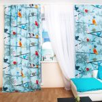 Белый тюль и интересные шторы с разноцветными птицами на белом фоне