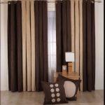 Бежево-коричневые портьеры и подушки в тон