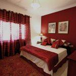 Бордовые шторы на люверсах для яркой спальни