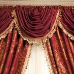 Бордовые шторы с ламбрекеном тюлью узором и бахромой