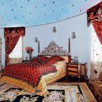 Бордовые шторы с жесткими ламбрекенами узором и тюлью в спальню с высоким потолком