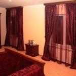 Бордовые шторы, тюль и покрывало для светлой спальни