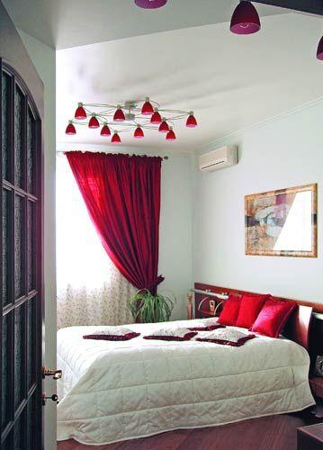 Бордовый и молочный цвета в спальне