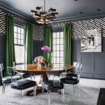 Черно-белая гостиная с яркими зелеными шторами