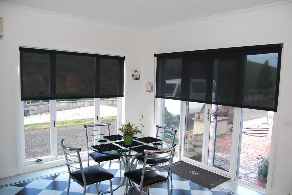 Полупрозрачные черные шторы на окне кухни с белыми стенами