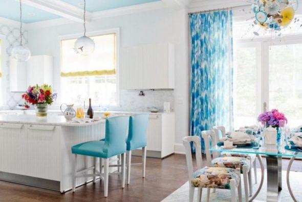 Кухня-столовая в бело-голубых тонах