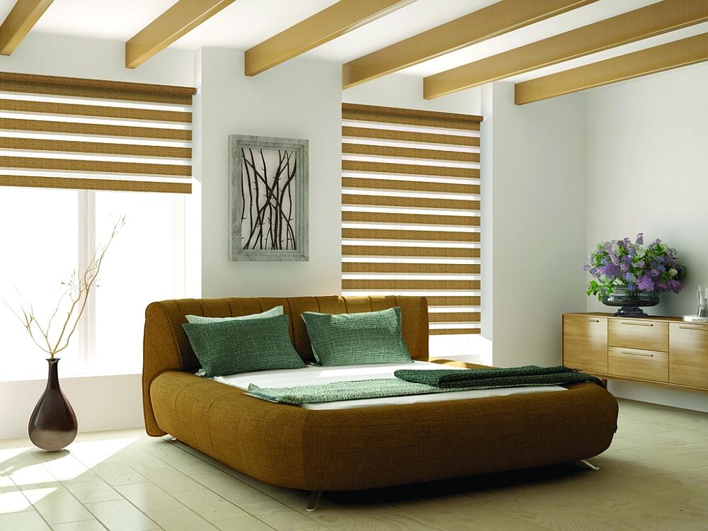 Шторы день ночь в тон деревянным балкам на потолке спальни