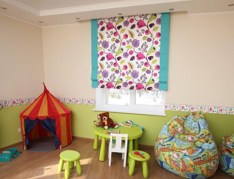 Яркие растительный орнамент на римских шторах в детской комнате