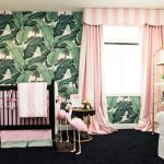 Детская с ярким акцентом на стене и розовыми шторами в полоску