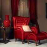 Длинные бордовые шторы с подхватами и тюлью к красной мебели