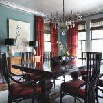 Длинные бордовые шторы с узором в столовую