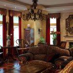 Длинные бордовые шторы с жесткими ламбрекенами в бежевую гостиную