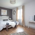 Для оформления окна в спальне использован круглый карниз в сдержанном стиле