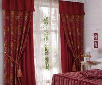 Двойные бордовые шторы с ламбрекеном подхватами и тюлью в спальню
