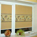 Шторы с рисунком на кухонном окне