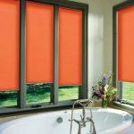 Закрытые шторы на окнах в ванной
