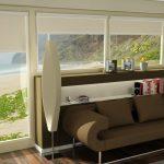 Окно в гостиной с видом на пляж