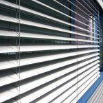 С-образные ламели на окнах офисного здания