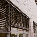 Рафшторы с прямыми ламелями на пластиковых окнах