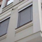 Защитные шторы на окнах многоэтажного здания