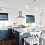 Интерьер светлой кухни-столовой в частном доме