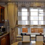 Сочетание штор различного типа на одном кухонном окне