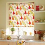 Рулонная штора с грушами на кухонном окне