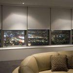 Панорамное окно с видом на ночной город