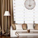 Сочетание легких рулонных штор с коричневыми портьерами