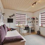 Деревянный потолок в гостиной с двумя окнами