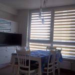 Просторная кухня с рулонными шторами день ночь