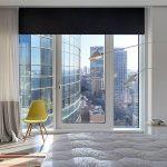 Черная штора на окне спальной комнаты