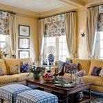 Комбинация рулонных штор с обычными занавесками в интерьере гостиной