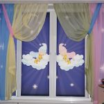Разноцветная тюль на окнах с рулонными шторами