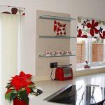 Открытые полки на стене между окнами кухни