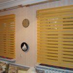 Желтые шторы Зебра в интерьере зала