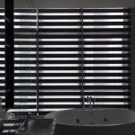 Рулонные шторы Зебра в интерьере ванной комнаты