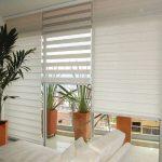Оформление панорамного окна между гостиной и балконом