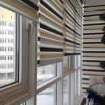 Полосатые шторы на окне балкона