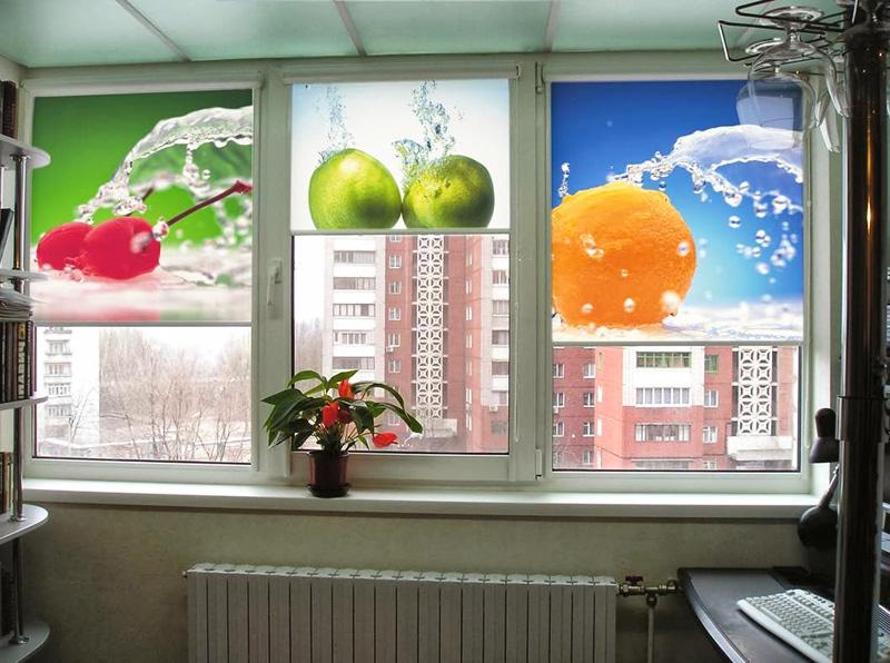 Рулонные шторы с фотопечатью фрукты на окне кухни