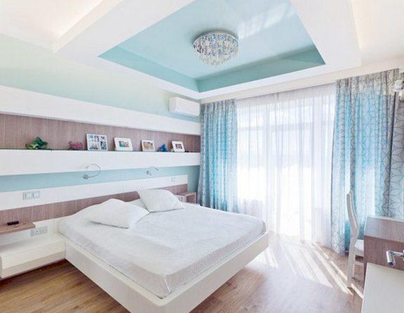 Голубые шторы для солнечной спальни