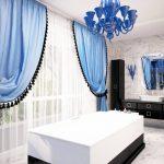 Голубые шторы с черной отделкой для шикарной ванной комнаты
