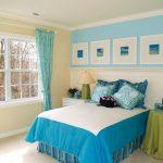 Голубые шторы успокаивают и смотрятся выигрышно в различных комнатах