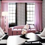 Гостиная в современном стиле с диваном и портьерами бледно-розового цвета
