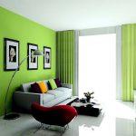 Интерьер гостиной с зеленой стенкой и зелеными шторами в тон